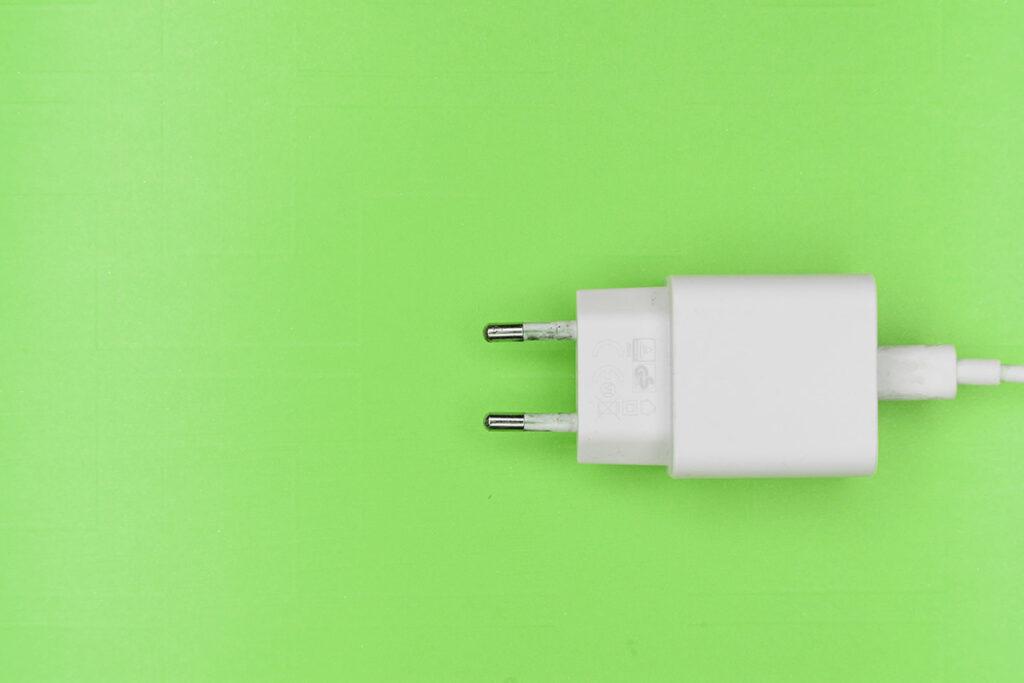 Enchufe consumo energético hogar
